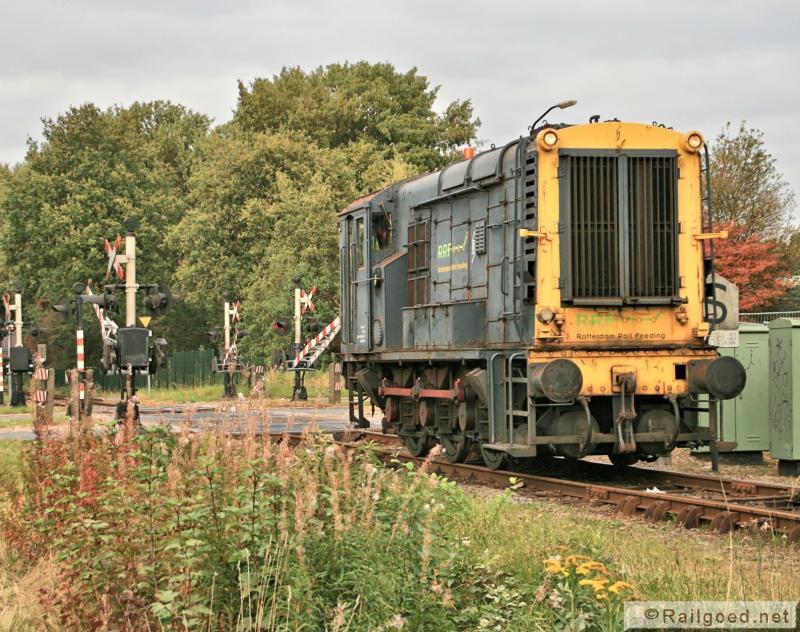 Locon zet in de herfst van 2012 een 'bakkie' van RRF in, RRF 5 loopt als losse loc naar het afvalstation. 10 oktober 2012.