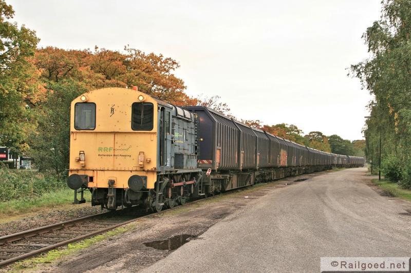 Een uurtje later trekt RRF 5 maar liefst 11 wagens met in totaal 33 afvalcontainers over Kanaal Zuid richting station Apeldoorn. 10 oktober 2012.