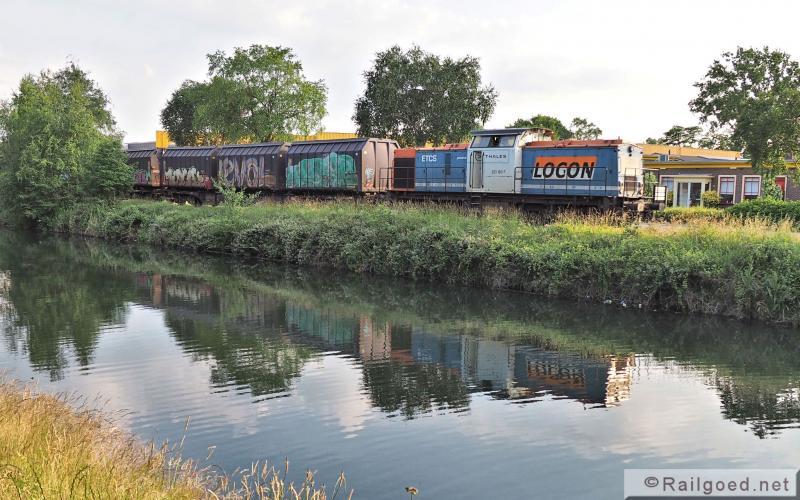Drie jaar later, op ongeveer zelfde plek langs het Apeldoorns Kanaal, rijdt Locon nu met een eigen loc. Locon 203 160. 24 juni 2015.