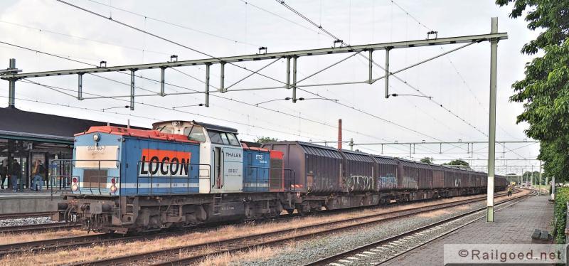 Op station Apeldoorn wordt de wagenset uit Apeldoorn gecombineerd met die uit Noordwijkerhout en Crailoo. Locon 203 160. 24 juni 2015.