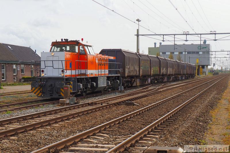 De trein rijdt vanaf Leiden richting Haarlem tot voorbij het wissel van de aansluiting Noordwijkerhout en zet dan terug, het raccordement van het Vuil Afvoer Bedrijf Duin- en Bollenstreek op. Lege wagens worden geplaatst, volle opgepikt. De trein wacht op vertrek vanaf Noordwijkerhout. Locon 1506. 29 april 2016.