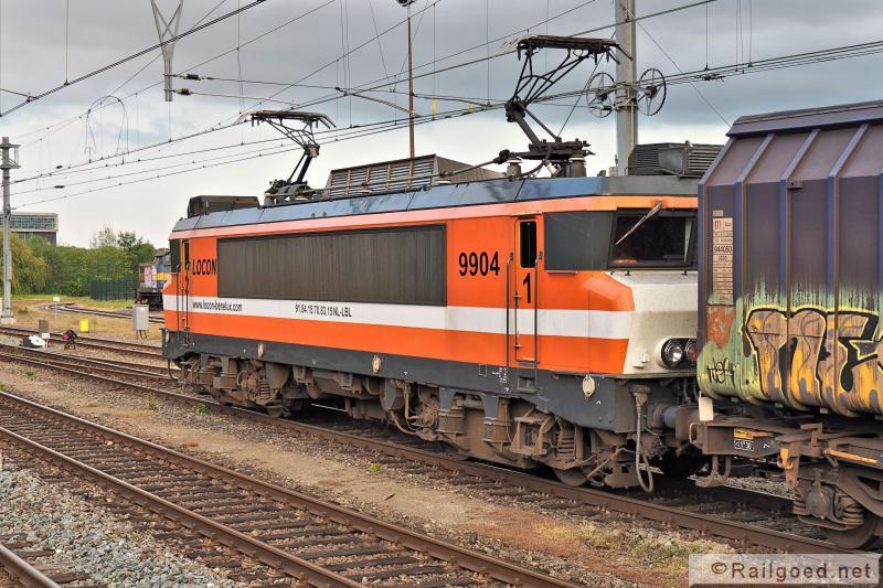 Vanaf Apeldoorn gaat het tegenwoordig bij Locon achter een elektrische loc tot bij Wijster. Locon 9904, 20 mei 2015.