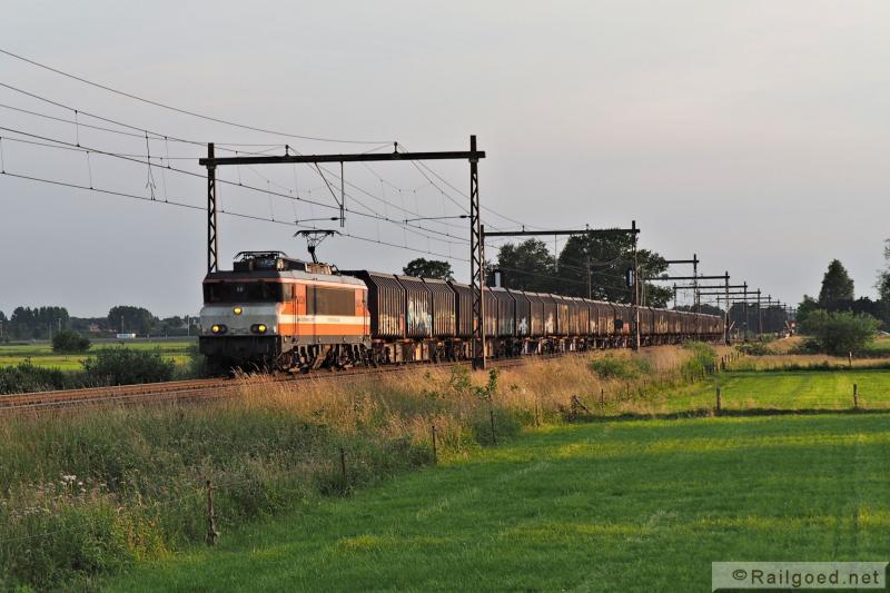 De hele afvaltrein, 14 wagens met in totaal 42 containers, nabij Teuge. Locon 9905 (ex NS 1636). 24 juni 2015.