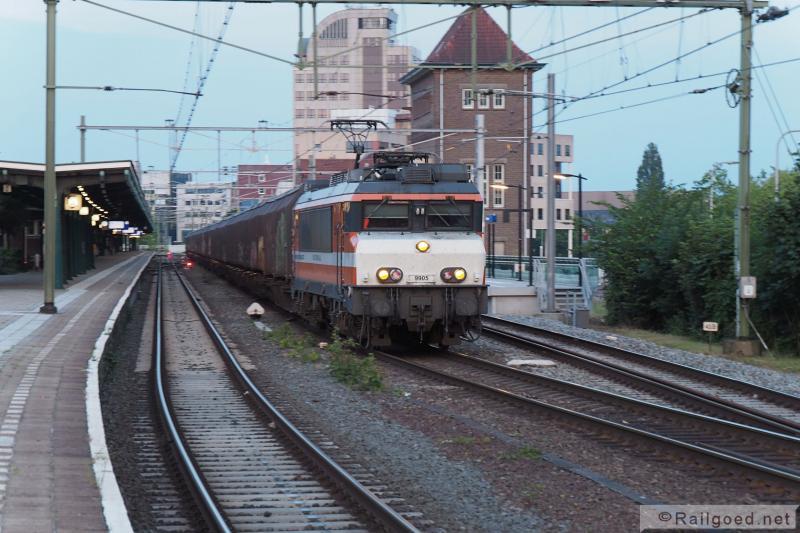 In Deventer wordt kop gemaakt. Hierna gaat het verder via Olst naar Zwolle, waar de loc opnieuw omloopt. Locon 9905. 24 juni 2015.