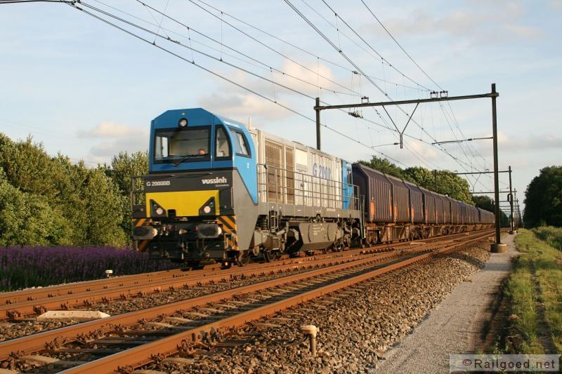 Tenslotte arriveert de afvaltrein bij het afvalverwerkingsbedrijf in Wijster, voorheen de VAM. Tegenwoordig rijdt de trein het laatste stuk in het donker. In 2011 nadert een de trein het afvalraccordement nog bij een laagstaande zon. HTRS 1042. 29 juni 2011.