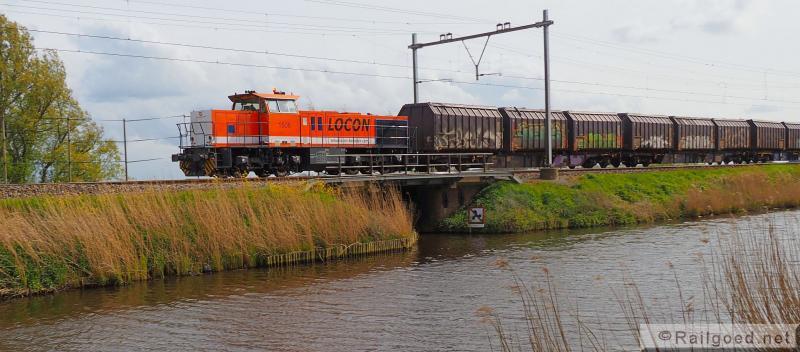 Even buiten Noordwijkerhout, langs de Leidsche Vaart rolt de afvaltrein richting Haarlem en Amsterdam. Locon 1506. 29 april 2016.