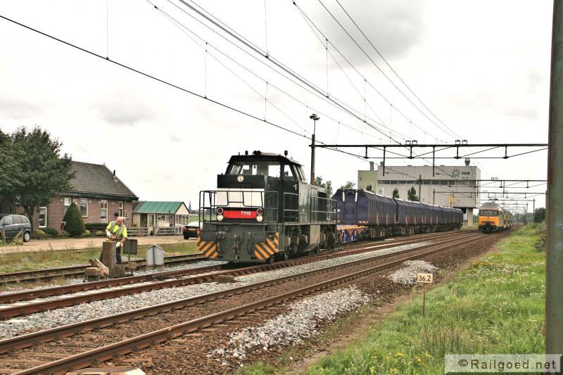 Het wissel is ontgrendeld en omgezet: de trein rijdt het hoofdspoor op. ACTS 7110. 25 augustus 2010.