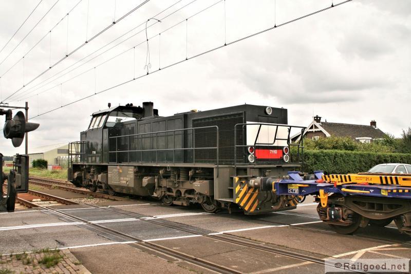 Stapvoets rolt de trein over een drukke overweg. De machinist moet eerst de wissels omleggen en weer vergrendelen en naar de loc wandelen voor hij verder kan. ACTS 7110. 25 augustus 2010. We laten Noordwijkerhout achter ons.