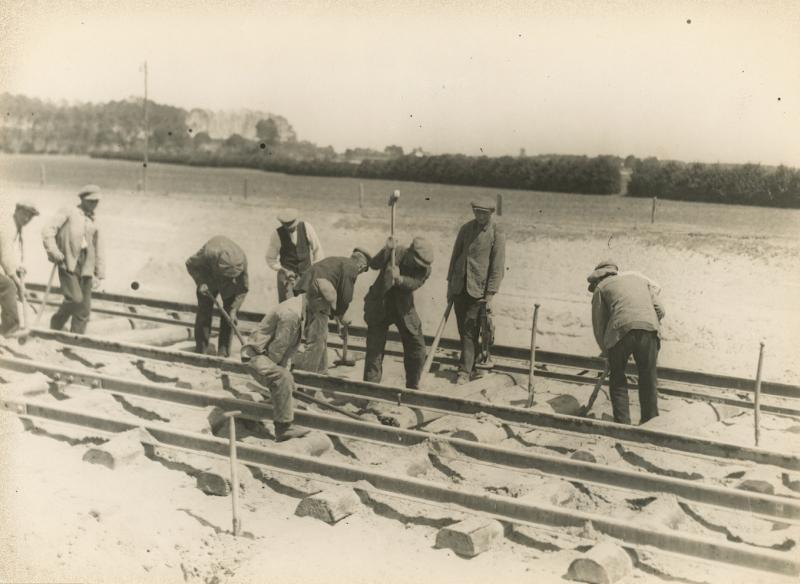 De Gemeente Deventer liet een industriespoor aanleggen om de haven en industrie een verbinding te geven met het landelijk spoornet. De NS (eerst Staatsspoor) deed de exploitatie. Op 24 februari 1925 werd de lijn geopend en bleef tot 9 mei 2003 in bedrijf. (foto Stadsarchief Deventer)