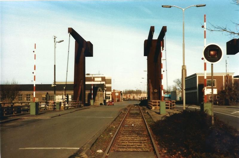 De Hanzebrug op 25-11-1989. Het industriespoor kon via de brug de raccordementen van Thomassen & Drijver en de Nefit bereiken. (foto Arno Dijkhof)