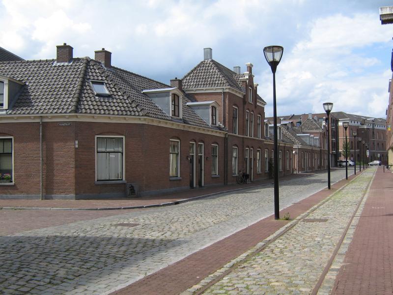 Bij de stadsvernieuwing van de Raambuurt werd de Bergpoortstraat prachtig gerestaureerd en de spooraansluiting in het wegdek teruggelegd. (foto Arno Dijkhof)