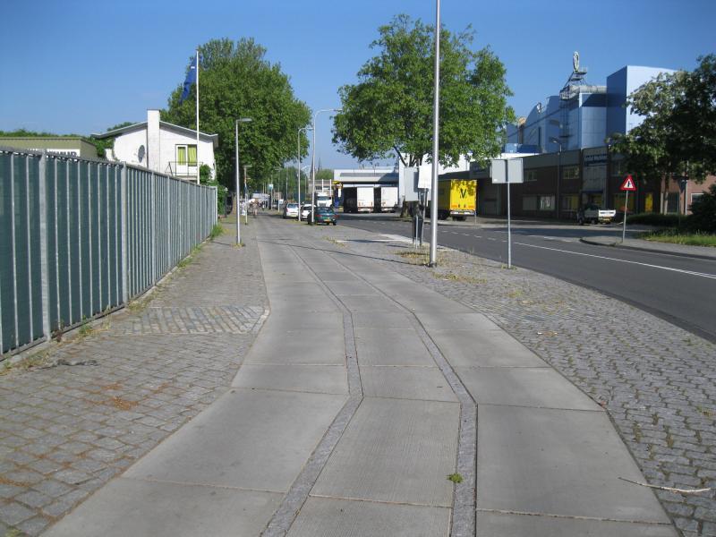 Als herinnering aan het industriespoor kreeg het nieuwe fietspad in de Industrieweg de vorm van het spoor.(foto Arno Dijkhof)