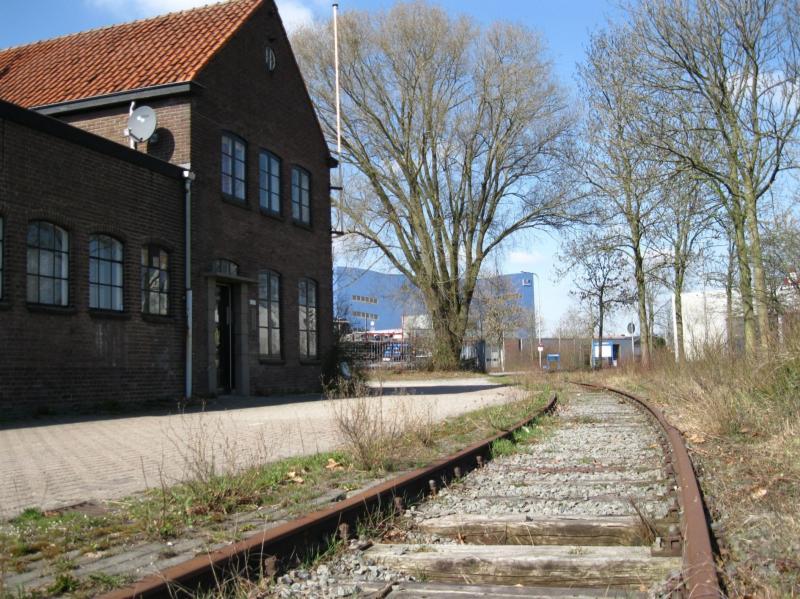 Het stukje overgebleven industriespoor op de hoek van de Hanzeweg/Industrieweg wordt spoormonument. Inmiddels is er een stootblok en er komt ook een loc. De SIED werkt nauw samen met onder meer de gemeente en VolkerRail om dit te realiseren in 2017. Ook de oude transportfabriek links blijft bestaan.(foto Arno Dijkhof)