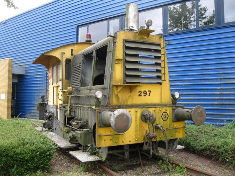 VolkerRail vestiging Deventer heeft de SIK 297 beschikbaar gesteld voor het geplande spoormonument. De SIED gaat de loc in het Havenkwartier opknappen en uiteindelijk komt hij dan op het spoormonument te staan (ca 2017/2018). (foto Arno Dijkhof)