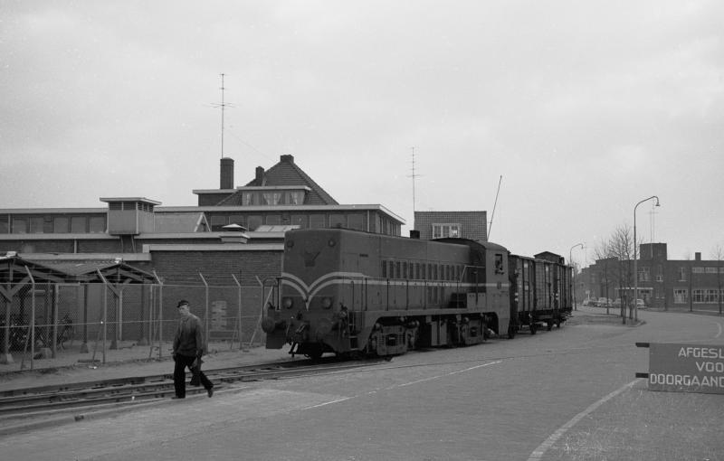 In de jaren-50 beleefde het industriespoor z'n hoogtepunt en leverde een bijdrage aan de wederopbouw van Deventer. Hier loc 2213 op de hoek Mr. H.F. de Boerlaan/Industrieweg op 28 maart 1959. (foto Roef Ankersmit).