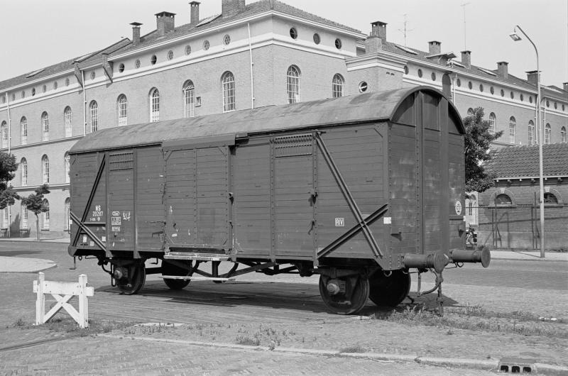 De draaischijf in de Kazernestraat (15 juli 1960) met op de achtergrond de Boreelkazerne. Via de draaischijf konden wagons naar de fabriekspanden in de Bergpoortstraat worden geduwd of getrokken.(foto Roef Ankersmit)