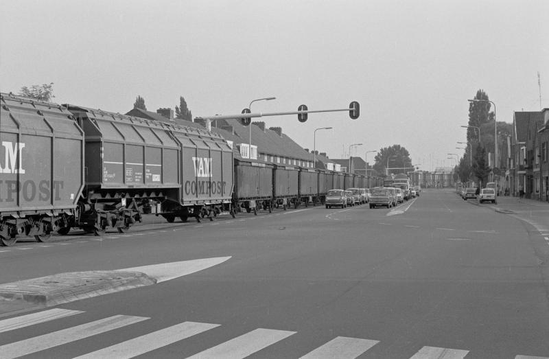 De Mr. H.F. de Boerlaan was wel de bekendste locatie van het industriespoor. Hier reden de treinen vlak langs de binnenstad tussen het verkeer en de woningen. Trein bestaande uit VAM wagons en de blikwagons van Thomassen & Drijver op 2 oktober 1975.