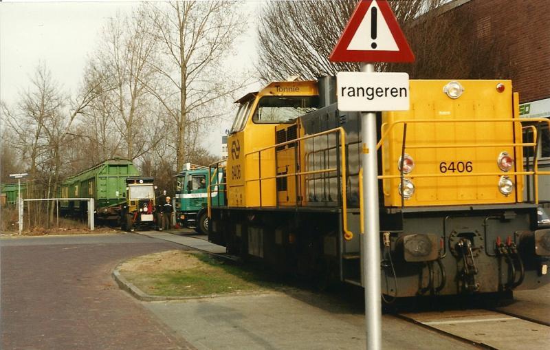 Het VAM-vervoer beheerste vanaf 1972 dagelijks het beeld op het industriespoor. Rangeren met loc 6406 bij het VAM-depot in de jaren negentig. (foto Arno Dijkhof)