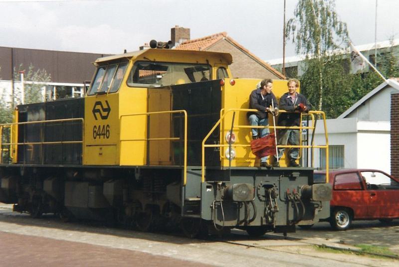 Met loc 6446 VAM-wagons afgeleverd, nu weer op weg naar Deventer Goederen, Kamperstraat 14 september 1992. (foto Arno Dijkhof)