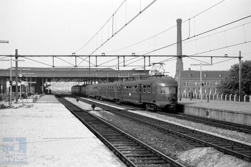 De treinstellen op deze foto stammen uit naoorlogse vervolgseries -mat 46- van de eerder getoonde tweetjes uit de dertiger jaren. We zien hier aan het tweede perron van station Leiden een ElD2 en een ElD4 klaar staan voor vertrek naar Den Haag. Het station Leiden zou later nog enige metamorfoses ondergaan. Fotograaf is de onlangs tot NVBS-erelid benoemde R. Ankersmit. Het is 5 juni 1959 (NVBS-fotonummer onbekend).