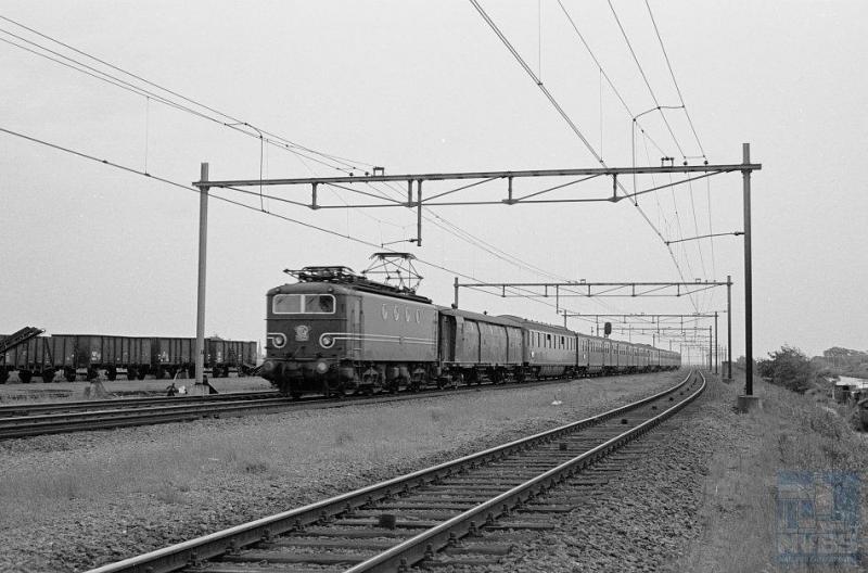 Het standaardbeeld van een reizigerstrein op De Oude Lijn in de zestiger jaren: deze 1100 met plan E-rijtuigen. Loc 1105 komt in 1950 bij NS op de rails als trekkracht voor zowel personen- als goederentreinen. De serie van zestig stuks is in Frankrijk gebouwd door Alsthom. De laatste gaan pas tegen de eeuwwisseling uit dienst. De 1105 bevindt zich ter hoogte van Noordwijkerhout en is op weg naar Amsterdam CS. In de bagagewagen vooraan werden hoofdzakelijk kranten vervoerd. De foto is door R. Ankersmit genomen op 8 juni 1961 (NVBS-fotonummer onbekend).