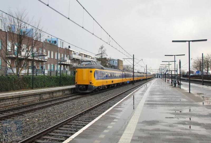 De NS intercityverbinding Den Haag-Eindhoven-Venlo volgt voor een belangrijk deel de route van De Oude Lijn. De ′Koplopers′ op deze lijn behoren tot het oudste materieel van NS maar zijn zeer geliefd onder de reizigers. De eerste zeven stuks uit 1977 -4001-4007- zijn al gesloopt maar de vervolgorders uit 1983 en later doen nog trouw dienst. Op de foto passeren de 4223 en de 4029 het station Rotterdam Zuid; de intercity stopt hier niet. René de Boon is de fotograaf en de datum is 16 januari 2016.