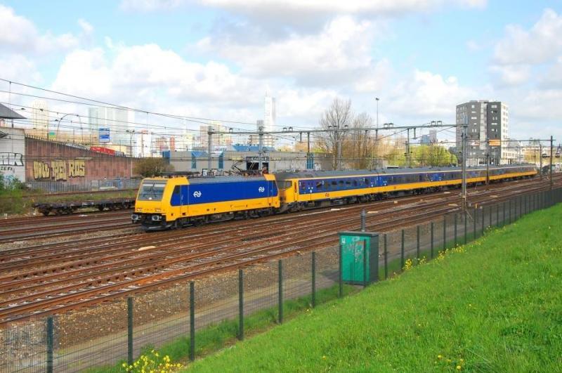 Voor de laatste foto blijven we in Rotterdam-Zuid en zien we een Traxx-locomotief van NS met de Intercity Direct op weg naar Breda. NS is niet zoals voorheen zelf locomotieven gaan ontwikkelen maar heeft lessen getrokken uit het Fyra-debacle. En heeft dus heel verstandig Traxx-locs ï¿&frac12van de plankï¿&frac12 gekocht met een minimaal risico op kinderziektes. René de Boon maakte de foto op 19 april 2016.