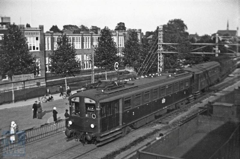 Nog een plaatje uit Dordrecht, nu van het elektrische materieel dat bij uitstek op De Oude Lijn dienst heeft gedaan in de vorm van zeswagentreinen. Mat 24, zoals het wordt genoemd naar het jaar van indienststelling. De foto toont een versterkingseenheid die werd ingezet bij grote drukte. Het voorste rijtuig, de C9008 is een elektrisch motorrijtuig (mC) van de serie C9001-9038, welke vanaf 1924 geleverd werd door Werkspoor, Beynes en Hawa. De foto is gemaakt door H.G.Hesselink op 22 september 1934 (NVBS-fotonummer 170.183).