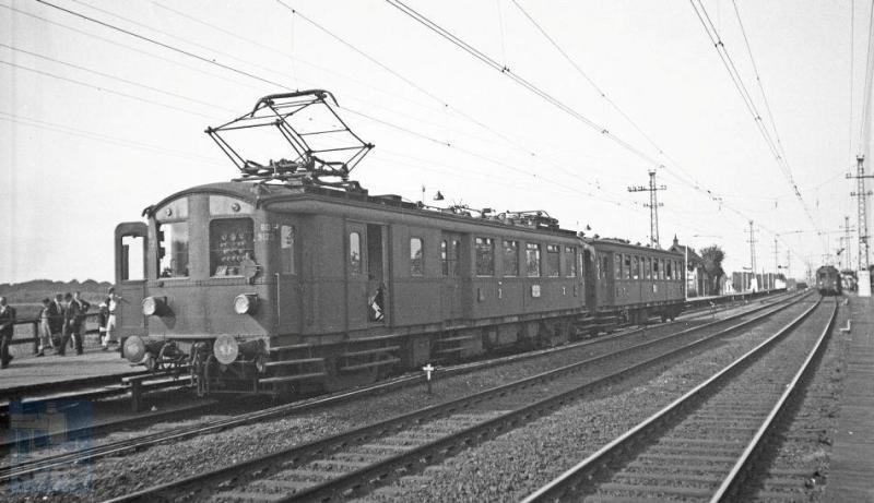 Een trein op een bijzondere plek: een tijdelijk verlengd perron te Vogelenzang-Bennebroek. Hier werd de Wereld Jamboree georganiseerd, waar padvinders uit 54 landen naar toe kwamen. Een speciale trein van mat 24 staat aan dit perron, bestaande uit motorwagen MBD 9123 met een Cecs als tweede. Koningin Wilhelmina en Lord Baden Powell openden de Jamboree die ongeveer twee weken duurde. Foto van H.G.Hesselink, 15 augustus 1937 (NVBS-fotonummer 170.769).