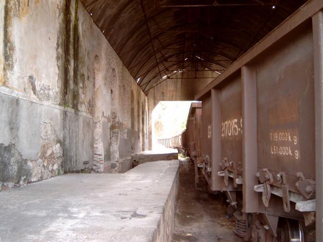 Als je het station van binnen ziet dan is het allemaal minder; zo ziet een station er uit als er tientallen jaren niets aan gedaan is.