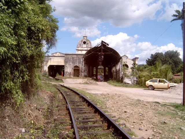 Achter het station ziet het er vrij landelijk uit. Hier zie je het spoor waarover de goederentrein is gekomen. De trein rijdt dan door het station om op het stationsplein te komen.