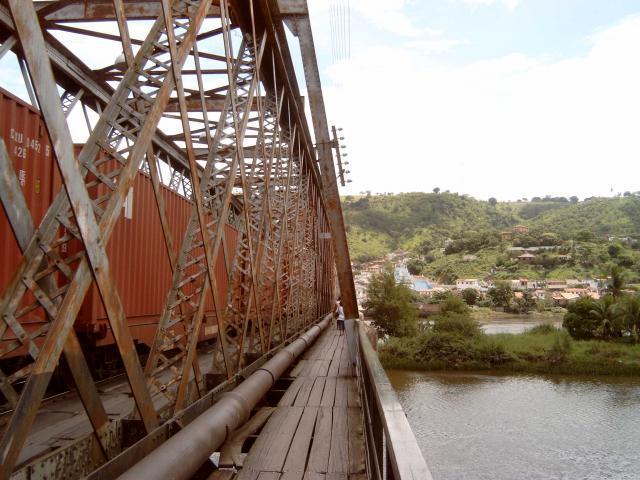 Intussen staat de trein op de brug. Heel voorzichtig gaat het eroverheen.