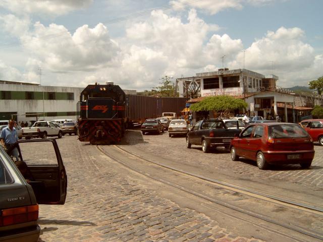 Na geruime tijd bereikt de locomotief de andere kant. De automobilisten staan al te wachten tot de brug weer vrij is.