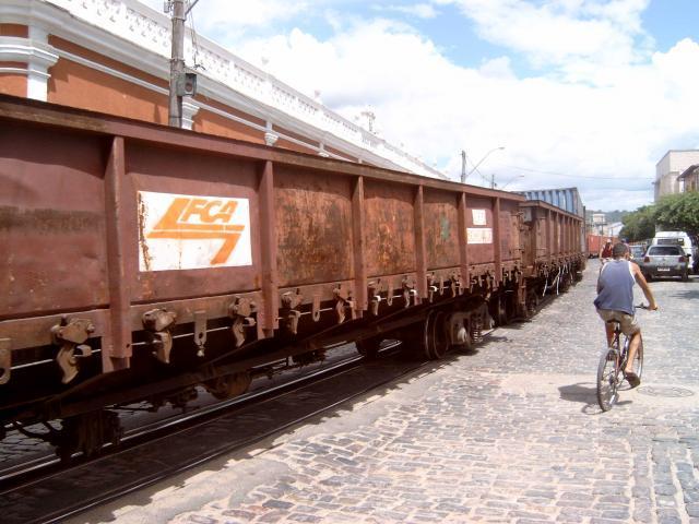 Dan rijdt de trein door de straten van Sao Felix, het stadje aan de andere kant van de rivier.