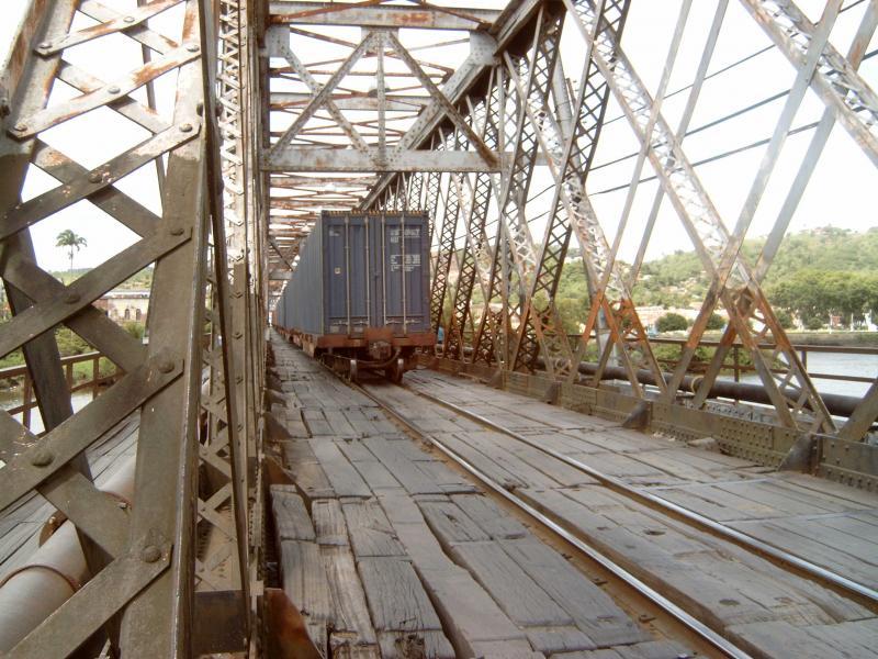 De trein midden op de brug.