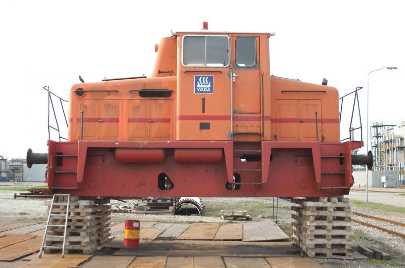 Na een asbreuk is een O&K dieselhydraulische loc uit 1966 van de kunstmestfabriek Yara in Sluiskil met heftrucks op blokken gezet