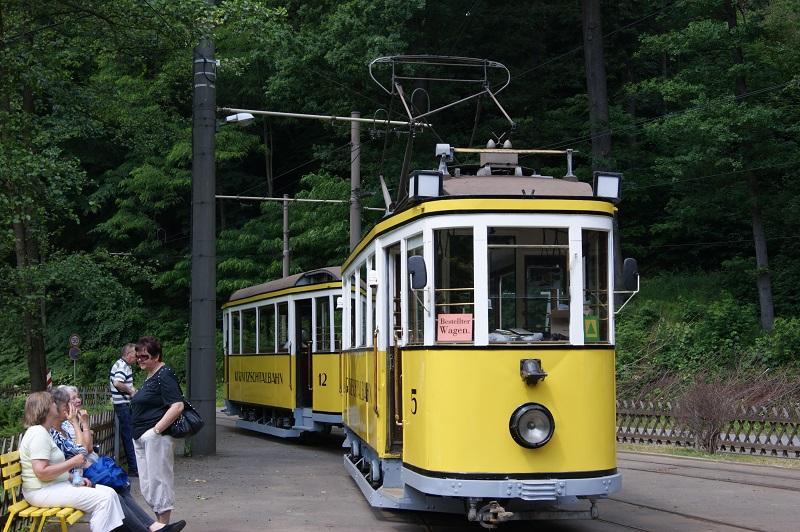 Op de foto zien we een Bestellter Wagen van de Kirnitzschtalbahn bij Bad Schandau met enkele deelnemers tijdens de Flexreis op 11 juni 2011.