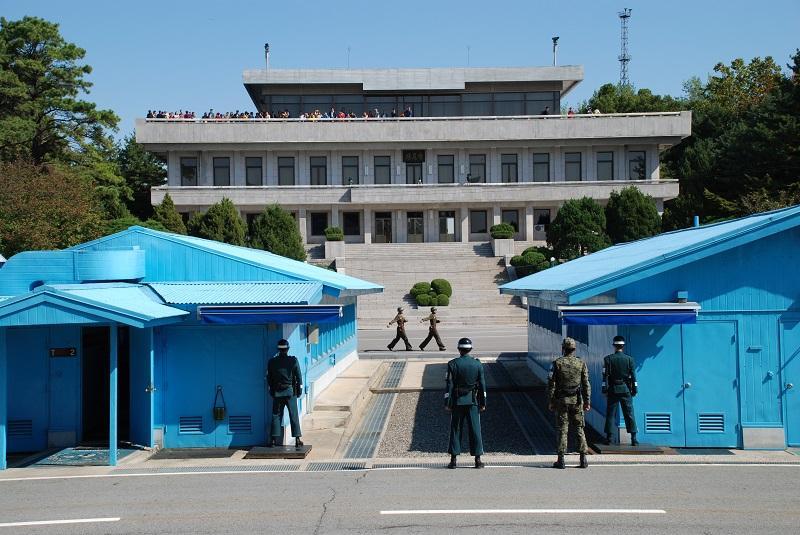 Tijdens het bezoek aan Noord-Korea (2001) en Zuid-Korea (2014) werd op de demarcatielijn dezelfde grensbarak bij Panmunjon bezocht, waar de Koude Oorlog nog volop voelbaar is.