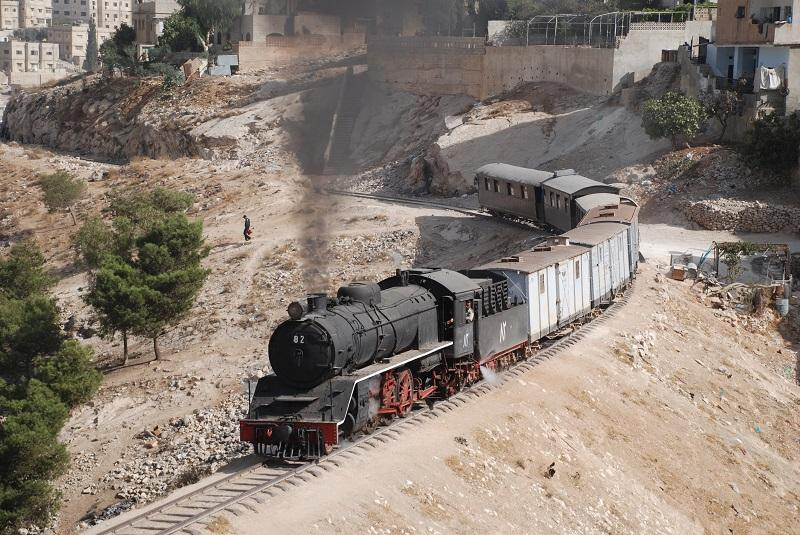 Tijdens Hedjaz-reis trekt Pacific 82 op 20 oktober 2008 onze gemengde excursietrein door de voorsteden van de Jordaanse hoofdstad Amman.
