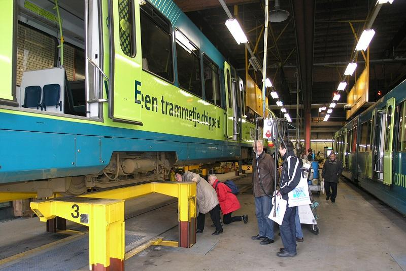 Op 11 februari 2005 brachten we per sneltram onder andere een bezoek aan de remise in Nieuwegein waar duidelijk werd dat ook de onderzijde van een tram de moeite van het bekijken waard was. Foto: Clemens Boomers