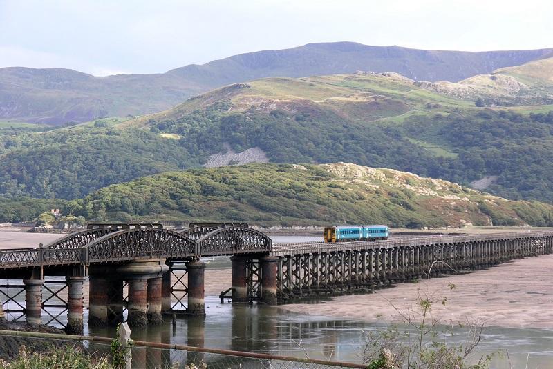 Op de foto zien we een dieseltweetje van Arriva op 6 september 2005 op de houten spoorbrug bij Barmouth tijdens een bezoek aan Wales.