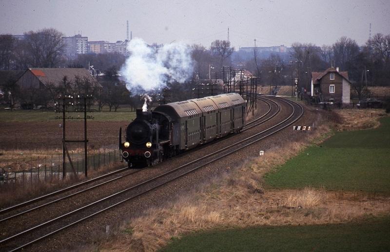 In 2001 werden onder de titel ′Stoom aan de Wartha′ stoomritten georganiseerd. Op de foto zien we stoomloc OK1-359 met een paar dubbeldeksrijtuigen over de Ostbahn rijden bij Lupowo.
