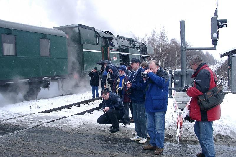 Op de foto gaan we terug naar de Winterreis van 2002 toen op 20 februari de deelnemers in het Tsjechische Reuzengebergte smalspoorloc 462.202 op de gevoelige plaat konden vastleggen onder weersomstandigheden die je je elke Winterreis zou wensen.