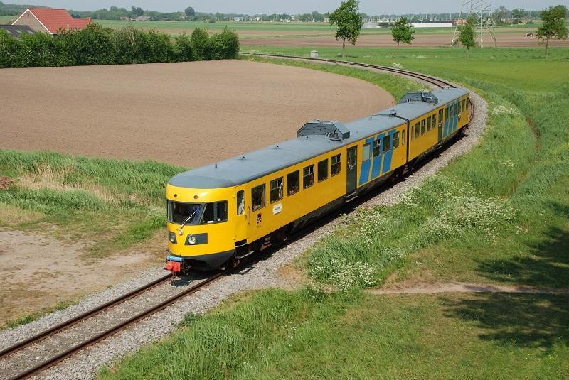 Op 30 april 2011 reden we met de DE-2 van de stichting Historisch Railvervoer Achterhoek over de Halve-Zolenlijn. Op de foto nadert de 186 de brug bij Made waarop de 141 deelnemers hebben plaatsgenomen.