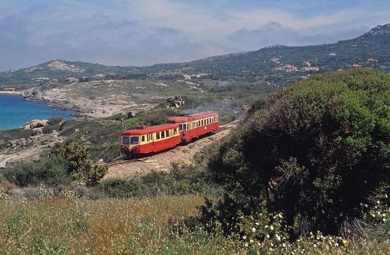 Treinvakantiereis. Op 10 mei 1999 rijdt niet ver van Algajola een Renault-motorwagen type AHB8, die een Billard-bijwagen opduwt.