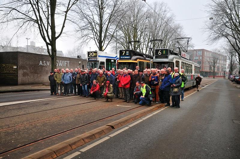 Een groepsfoto tijdens een Oliebollenrit in de Plantage Parklaan bij Artis, waar drie trams naast elkaar werden gezet: 794, 602 en 586.