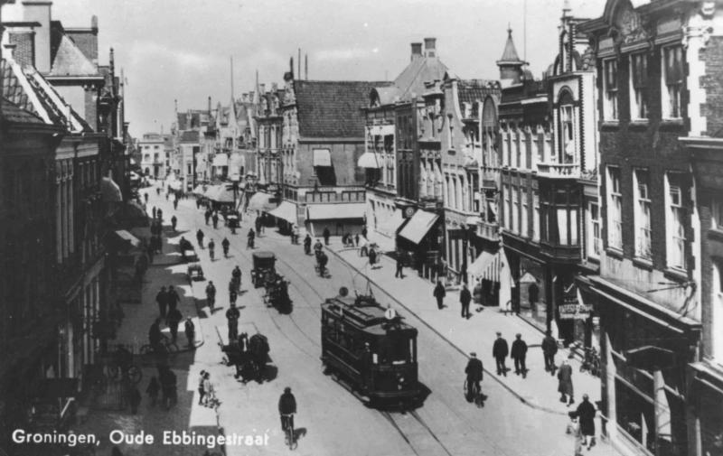 Dezelfde straat met een electrische tram van lijn 1.