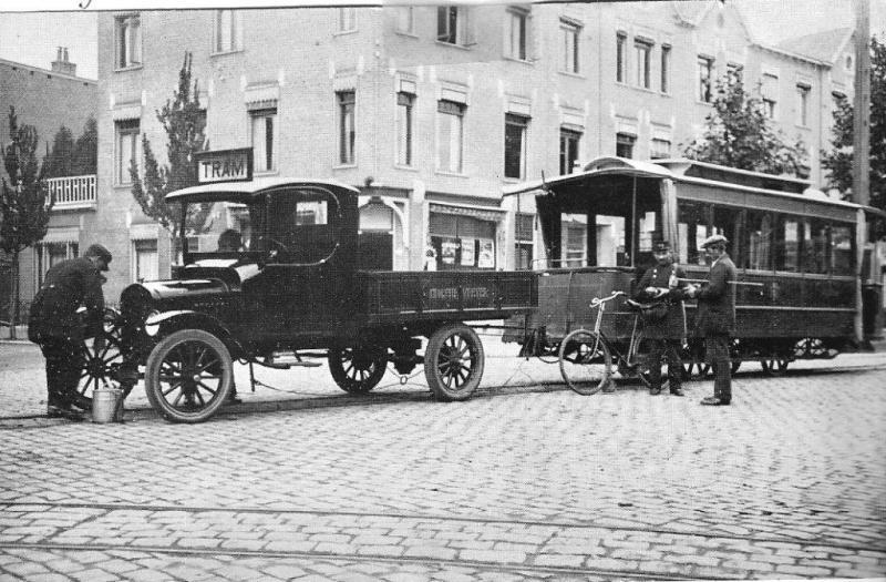 Op deze foto een motortram van de eerste soort: een auto met daarachter voormalig paardentramrijtuig nummer 4. We bevinden ons op de Paterswoldseweg in Groningen en de tram is van de maatschappij GPE. Dat staat voor Groningen-Paterswolde-Eelde. Foto: J.W. Sluiter.