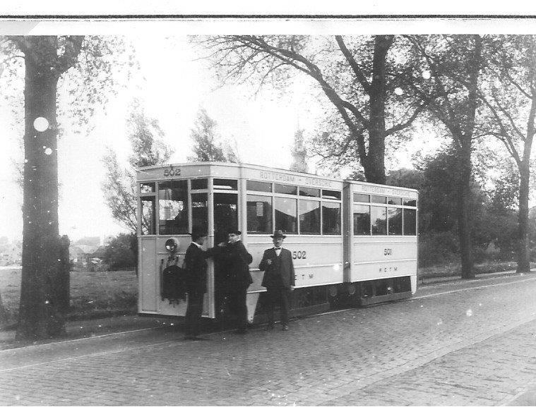 Op de Rotterdamsche Rijweg te Overschie staat hier de gelede motortram 502-501 van de RETM, de Rotterdamsche Electrische Tramweg-Maatschappij. Verzameling: van M. van Witsen, 1928