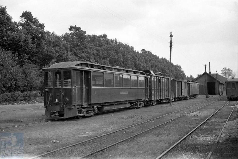 Op het forse emplacement van de Maas-Buurtspoorweg te Venlo staat een tramstel gereed, diesel drie of DIII genaamd bestaande uit het stuurstandrijtuig AB 14 met kortgekoppeld daarachter de motorwagen EL 104, een goederenwagen en nog een personenrijtuig. Foto: J. Voerman, 17 mei 1942.